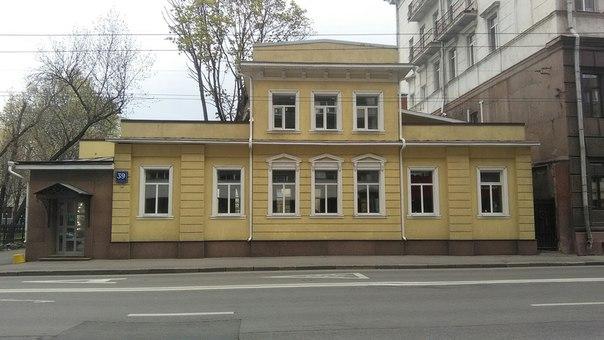 Совершенно охуительное здание. Большая удача, что оно отреставрированное и стоит до сих пор.