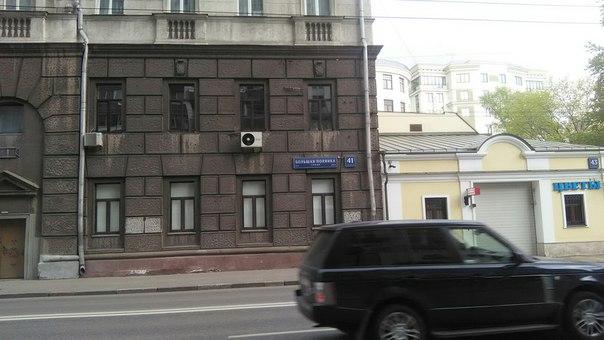 Ажно до второго этажа коричневое здание. Впервые такое вижу. Обычно делают максимум первый этаж (или всё здание). Конечно, прыщи-кондеи тут прятать не хочется.