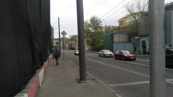 Почти все видимые дома реставрируются. Это не Питер — Москва.