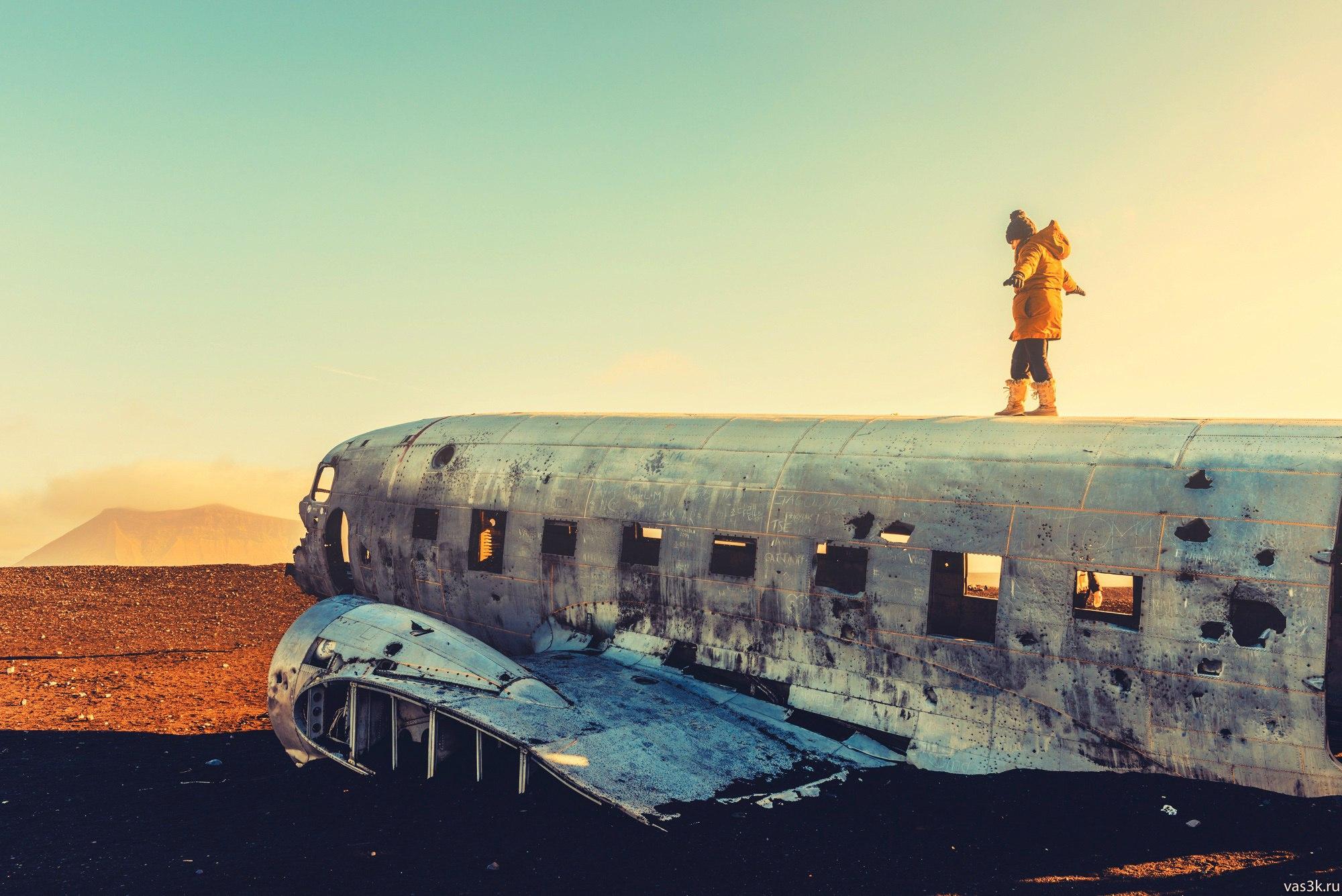 Исландия — огромный полупустой вулканический остров, лежащий впритык к северному полярному кругу, на разломе двух крупных тектонических плит — евразийской и северо-американской.