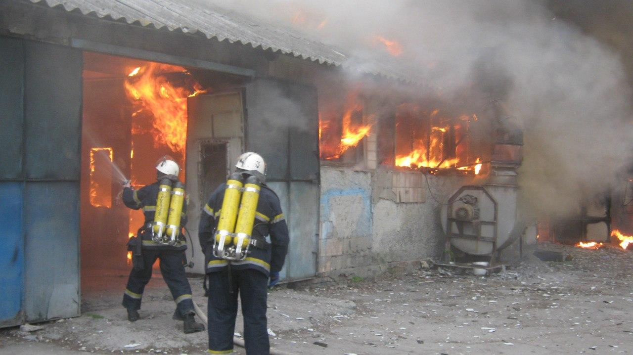 Вчера днем в Таганроге на улице Менделеева горел цех