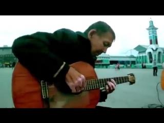 Мужчина попросил дать сыграть на гитаре