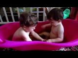 купаемся в ванной, игры для детей, двойняшки