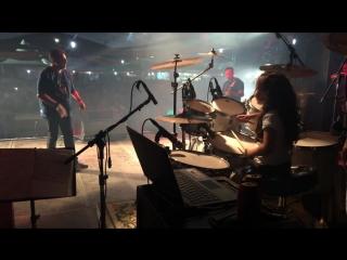 Eduarda-Henklein-6-tocando-Guns-Roses-sweet-child-o-mine-com-a-Manchester-Band-720p