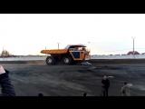 450 тонный БелАЗ перезжает легковушку