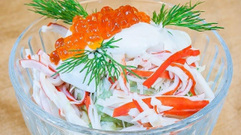 Салат с крабовыми палочками, яблоком и соусом из авокадо «Нежный февраль», очень вкусный рецепт!