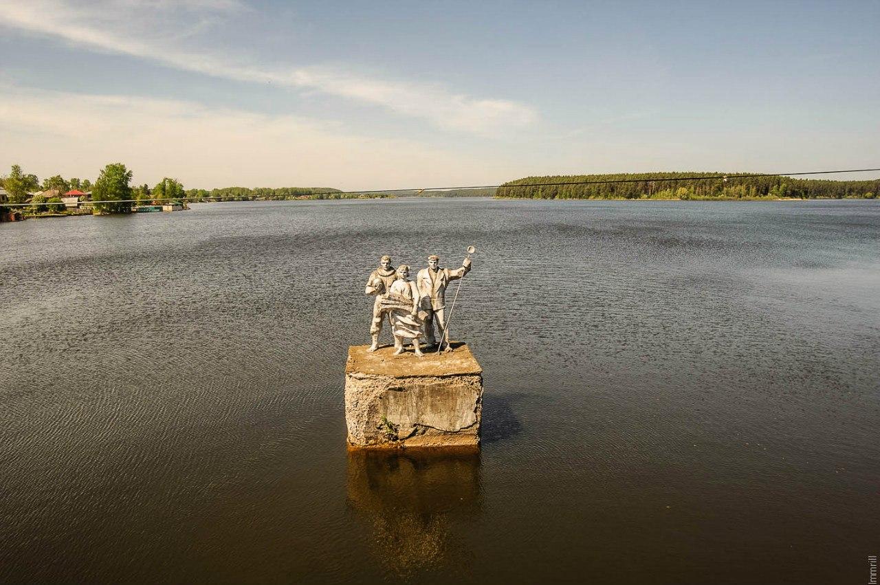 Памятники на Очёрском пруду