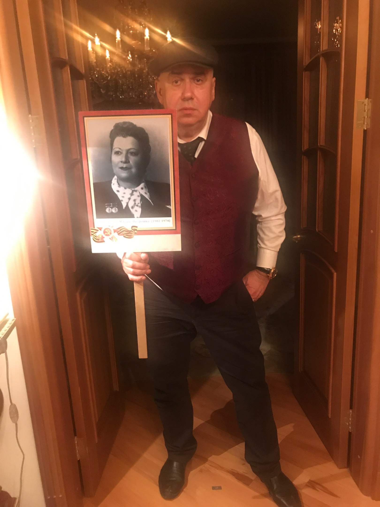 Пойдем по улице с Людмилой Максаковой с портретом мамы - трижды Лауреатом сталинской премии