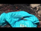 Девушка бросила в костёр болоньевую куртку - болоньевая куртка расплавилась и сгорела в огне.