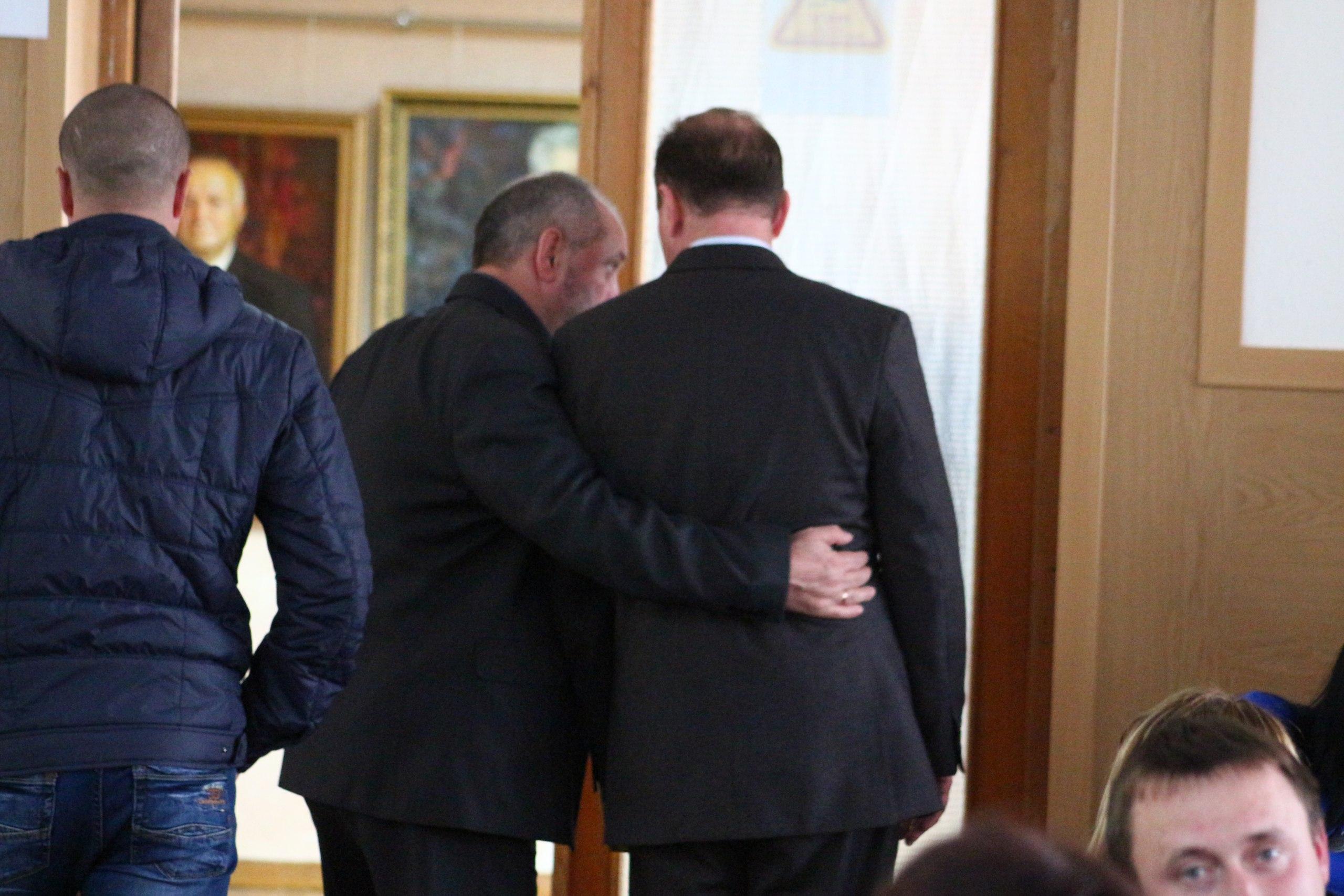 По сессии горсовета обнимаясь и держась за руки гуляют Чемерис и Кияновский (фото)