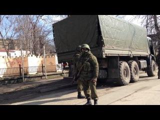 Русские солдаты стоят как вкопанные (Русские в крыму)