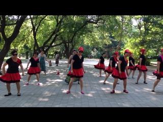 Marina Krohatan путешествует в Китай. Активность в Нанху парке в обычный понедельник. Песни, танцы, боевые искусства на природе.