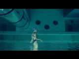 Если снять синхронисток под водой, а потом перевернуть изображение вверх ногами.