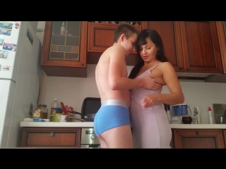 русское порно сын пристает к матери на кухне