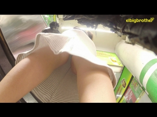 резко камера под длинной юбкой медленно