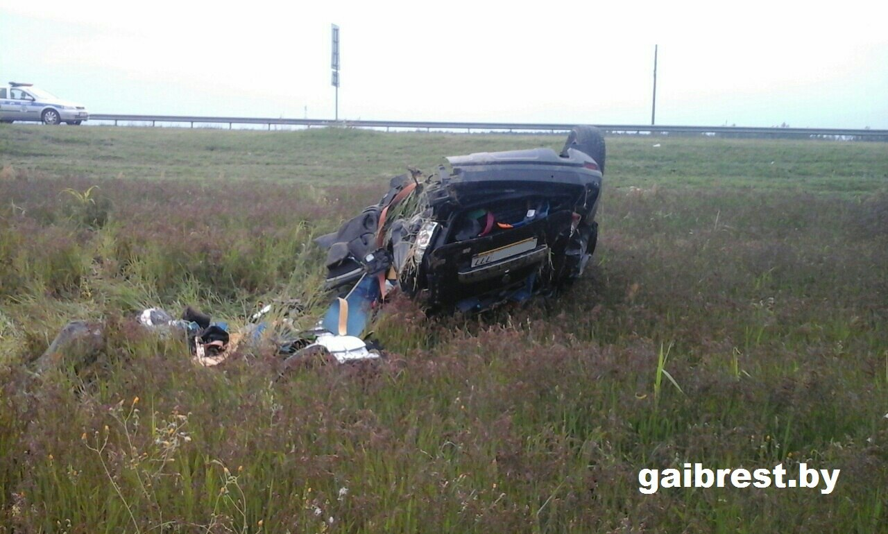 Водитель уснул за рулём и опрокинулся в кювет: погиб пассажир