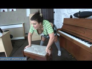 Мамка решила подготовится к летнему отпуску и качает свою грудь на табуретке под веселую музыку