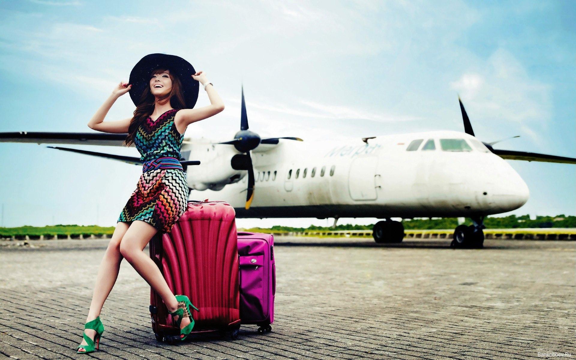 Небо, самолет, девушка: как одеваться в путешествие