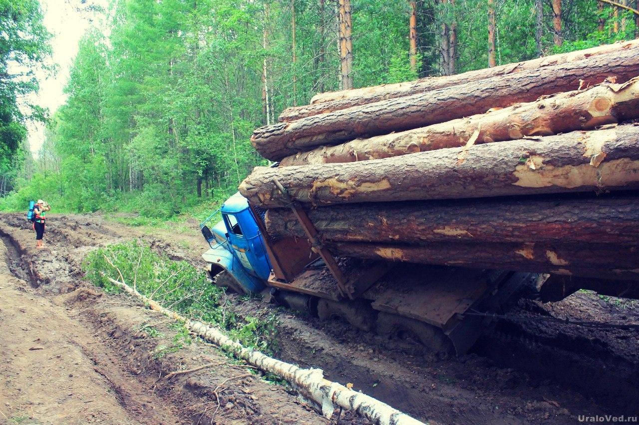 Застрявший лесовоз