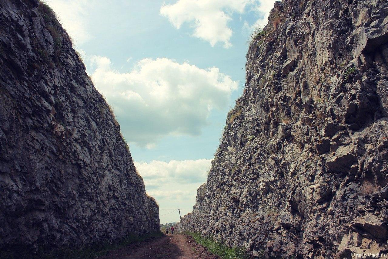 Выемка в скале на месте бывшей узкоколейки