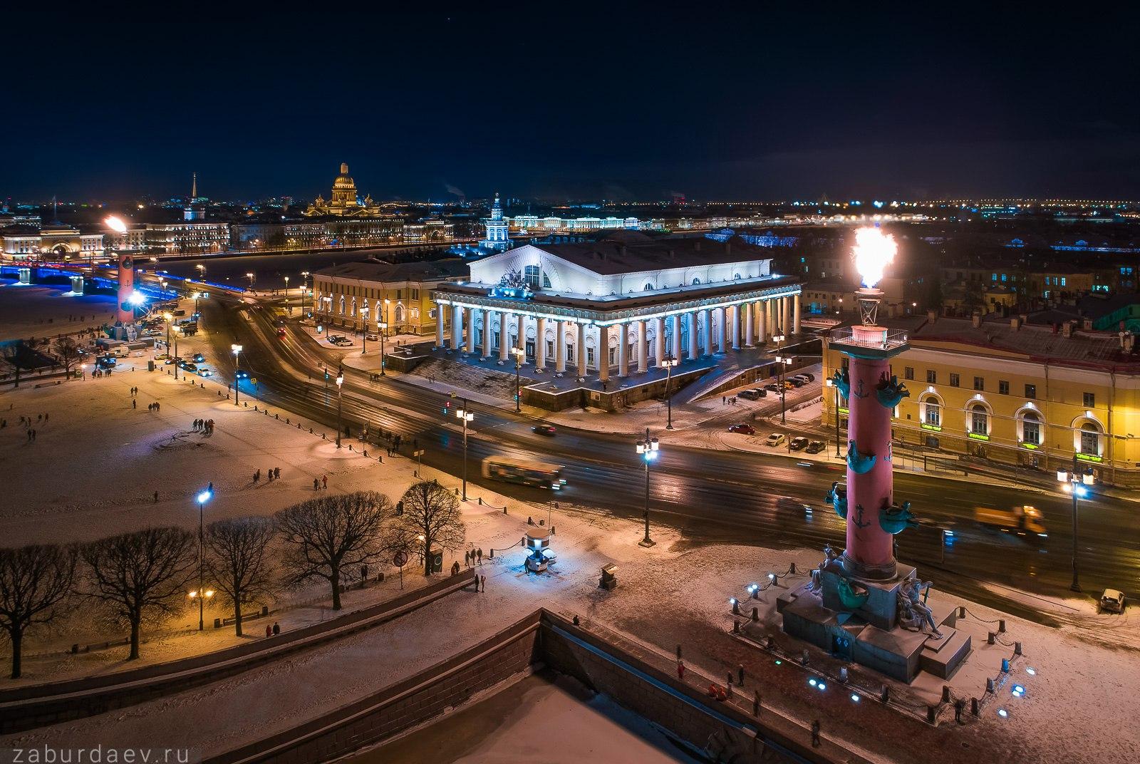 По случаю праздников в Петербурге зажгли огни на Ростральных колоннах