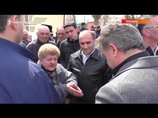 Женщина обратилась к премьер-министру Армении Карену Карапетяну в селе Амасия 26 марта 2017 года