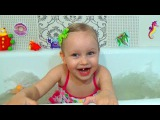 Алиса играет в ванне Развлечение для детей шарики и пена ! plays in the bath fun for the kids !!!
