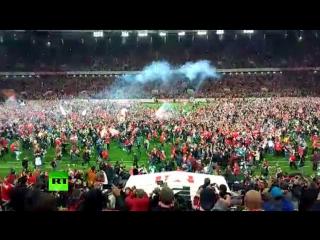 Тысячи болельщиков «Спартака» выбежали на поле после матча
