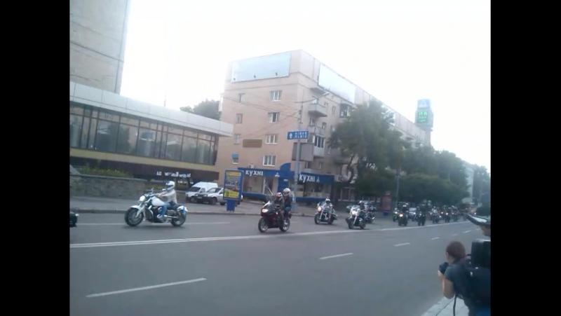 Об'єднуючий мотопробіг Ужгород - Чонгар з кримськотатарським прапором проїхав через Житомир. Цим хлопці показують, що Україна
