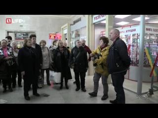 На вокзале хор бабушек и дедушек поют песню