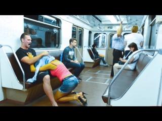 Отсасывает в метро, сборки кончил в рот