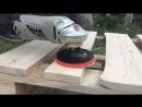 Процесс шлифовки дерева из паллет