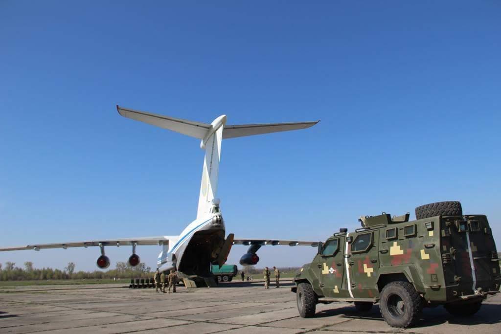 Погрузка бронеавтомобиля Spartan, бронетранспортера БТР-3ДА и ГАЗ-66 в самолет Ил-76МД ВВС Украины