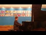 Ваня играет на фортепиано