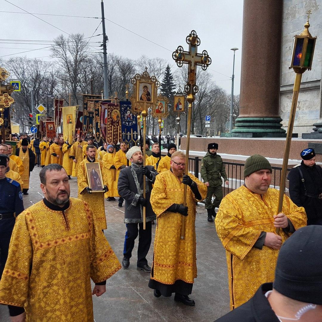 Крестный ход прошел уИсаакиевского храма перед акцией оппозиции