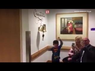 Танец Супермена от мальчика, который закончил курс химиотерапии