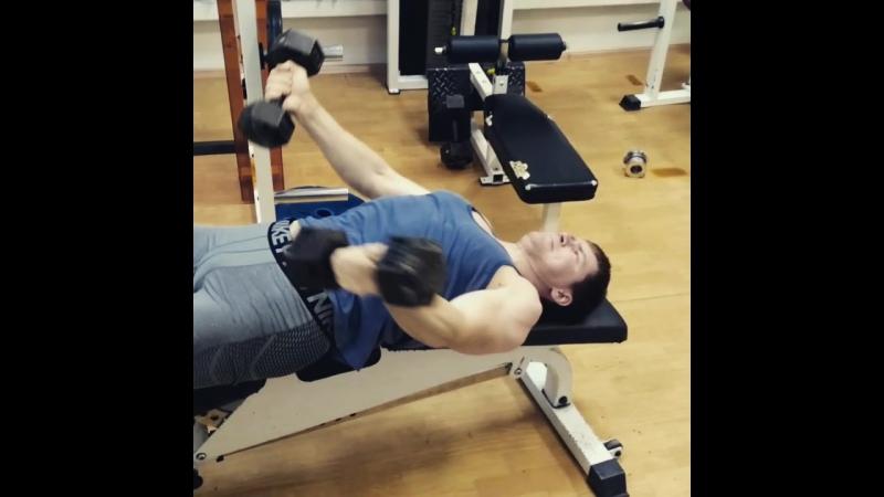 Очень два убойных упражнения на грудь делаем только суперсетом После Жима лёжа самое то igfitness instagramfitness motivati