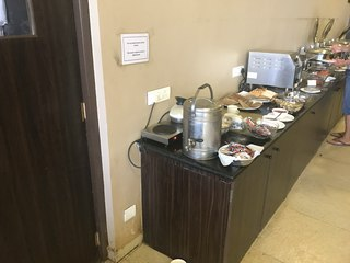 Нина Мегре: Меню: шведский стол, есть разнообразные индийские блюда. Пока не решаюсь попробовать, может завтра.