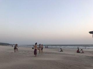 Нина Мегре: На пляже много народу, все веселятся, танцуют на песке и улыбаются.