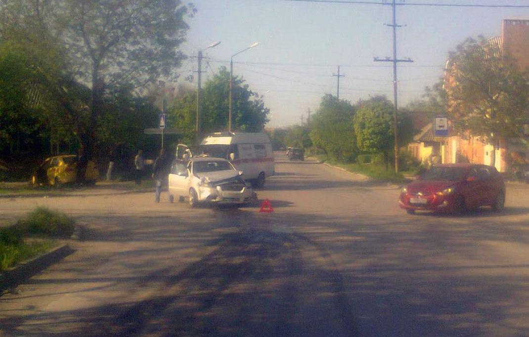 В Таганроге в праздники дорогу не поделили два Chevrolet Aveo