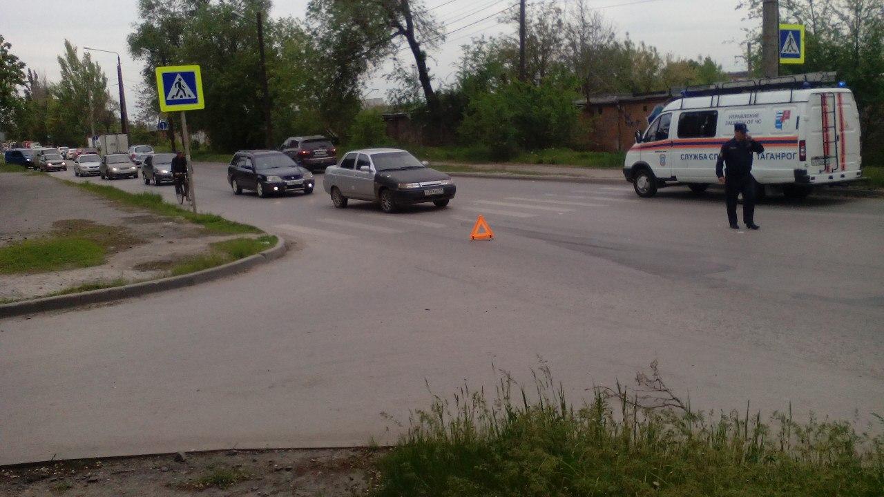 В Таганроге столкнулись Lada Kalina, «ВАЗ-2104» и Infiniti