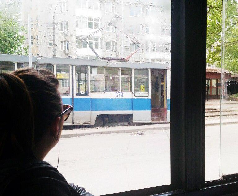 В Таганроге трамвай №2 сошел с рельсов, собралась пробка из «двоек»