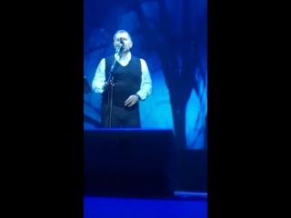 Зал пел вместе с Колей Расторгуевым, некоторые плакали, всем понравился концерт,спел несколько песен на бис!