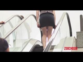 Задирают юбки в метро на эскалаторе