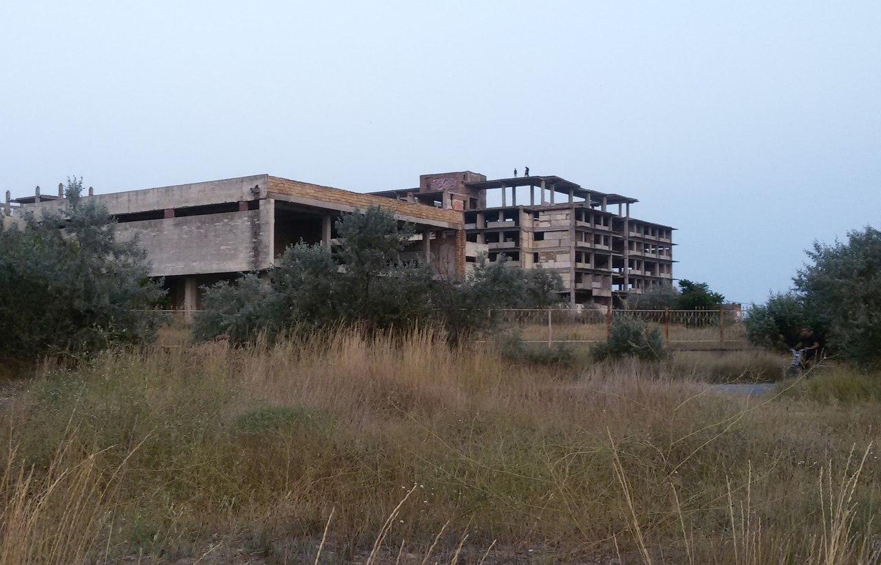 Недостроенный отель в Евпатории располагается рядом с морем, недалеко от Заозерного
