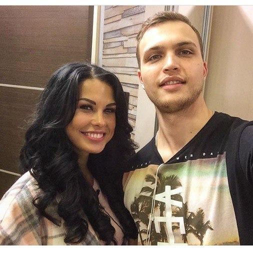 Денис Баранов ухаживает за Ириной.