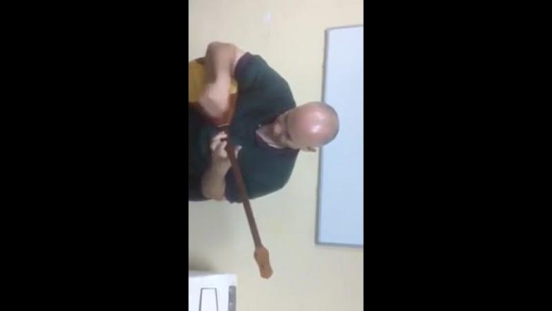 Англичанин играет на домбре куй Адай (480p) (240p)