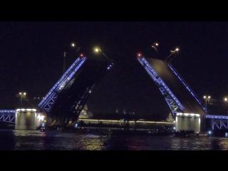 Разведение Дворцового Моста в Санкт-Петербурге