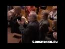 """Пугачева дарит цветы Гурченко на спектакле """"Бюро счастья"""""""