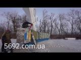 """Демонтаж надписи """"Днепродзержинск"""" на въездной стеле в Каменское (8.12.2016)"""